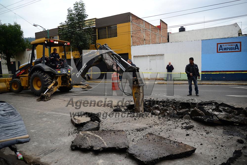Toluca, Méx.- La fractura de un tuvo que conduce agua potable sobre la avenida Lerdo casi esquina con Quintana Roo provoco la fisura del pavimento, de acuerdo a autoridades municipales, se tardarán cuatro semanas en reparar la misma. Agencia MVT / Crisanta Espinosa