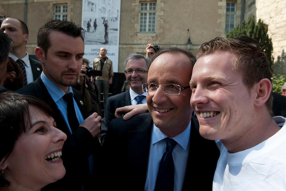 François Hollande, kanidaat van de Partie Socialiste bij de Franse  Presidentsverkiezingen poseert geduldig voor Iphone foto's met potentiële kiezers. Meeting in Tours.