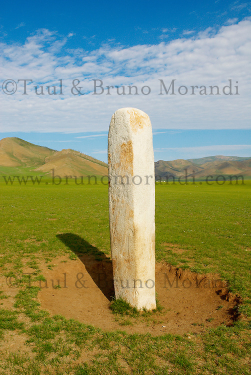 Mongolie. Province d'Ovorkhangai. Stèles de cerf. Vallee de l'Orkhon. // Mongolia. Ovorkhangai province. Turkish funeral statue at Ongot. Orkhon valley.