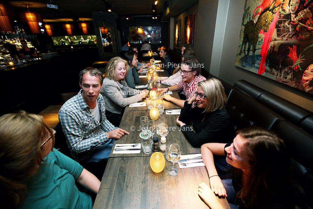 Nederland, Amsterdam , 17 september 2012..Een georganiseerd avondje social dining in restaurant Barca op het Marie Heinekenplein..Bij Social Dining gaan een stel mensen die elkaar niet kennen maar wel een 'gedeelde interesse' hebben met elkaar uit eten. Via de website kan je je inschrijven voor geplande etentje, maar er ook zelf één organiseren. Weer een nieuwe manier van netwerken, maar stiekem is het ook wel een datinggebeuren, al roepen ze heel hard dat dat niet zo is. In 25 steden zijn komende week zo'n zeshonderd 'thematafels' georganiseerd, waarvan een flink aantal in restaurants in Amsterdam Thema's variëren van 'Koken als vrijgezel' tot 'Carrière keuzestress' en 40+singles..Foto:Jean-Pierre Jans