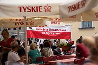 Bialystok, 21.07.2019. Tylko kilkadziesiat osob przeszlo w Marszu w obronie rodziny zorganizowanym przez bialostocki Klub Gazety Polskiej i Krucjate Rozancowa. Byla to riposta na sobotni Marsz Rownosci, ktory przeszedl ulicami miasta N/z marsz przechodzi obok ogodkow piwnych rozstawionych na deptaku fot Michal Kosc / AGENCJA WSCHOD