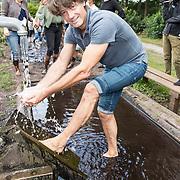 NLD/'t Harde/20170905 - kick-off Opvliegers-3 Actrices verdiepen zich in de overgang, Rick Engelkes wast zijn voeten