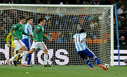 27.06.2010, Soccer City Stadium, Johannesburg, RSA, FIFA WM 2010, Argentina (ARG) vs Mexico (MEX), im Bild Il gol del 3-0 di Carlos Tevez (Argentina).Carlos Tevez 's 3-0 leading goal scored for Argentina.. EXPA Pictures © 2010, PhotoCredit: EXPA/ InsideFoto/ Giorgio Perottino +++ for AUT and SLO only +++ / SPORTIDA PHOTO AGENCY