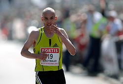 15-04-2007 ATLETIEK: FORTIS MARATHON: ROTTERDAM<br /> In Rotterdam werd zondag de 27e editie van de Marathon gehouden. De marathon werd rond de klok van 2 stilgelegd wegens de hitte en het grote aantal uitvallers / Luc Krotwaar (2:15:28) 1e Nederlander. <br /> ©2007-WWW.FOTOHOOGENDOORN.NL