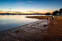 Crianças à beira da água na Praia de Santo Antonio de Lisboa. Florianópolis, Santa Catarina, Brasil. / Children by the sea at Santo Antonio de Lisboa Beach. Florianopolis, Santa Catarina, Brazil.