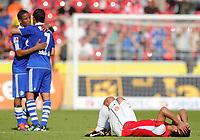 Fotball<br /> Tyskland<br /> 21.08.2011<br /> Foto: Witters/Digitalsport<br /> NORWAY ONLY<br /> <br /> v.l. Jefferson Farfan, Raul (Schalke), Malik Fathi (Mainz)<br /> Bundesliga, FSV Mainz 05 - FC Schalke 04 2:4