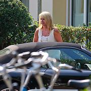 NLD/Laren/20110903 - Linda de Mol stapt in haar wagen