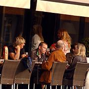 NLD/Amsterdam/20051008 - Wim Kieft op een terras met partner Sylvia en kinderen Mattia en Mauri