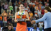 AMSTELVEEN -  Marloes Keetels (Ned) ontvangt de beker uit handen van Marijke Fleuren (EHF),  na de gewonnen  damesfinale Nederland-Belgie bij de Rabo EuroHockey Championships 2017.   COPYRIGHT KOEN SUYK