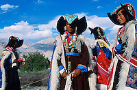 Inde. Province du jammu et Kashmir. Ladakh. Femmes portant la perak, coiffe traditionnelle du Ladakh, Turquoise // India. Province of  Jammu Cachemire. Ladakh . Woman with traditional cap, the Perak