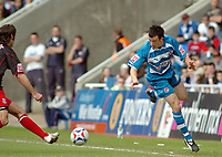 Photo: Kevin Poolman.<br />Reading v Stoke City. Coca Cola Championship. 17/04/2006. Reading's Stephen Hunt just keeps the ball in play.