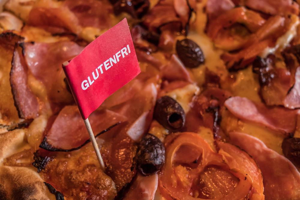 Pizza merket med flagg som har påskrift med den norske teksten «glutenfri».