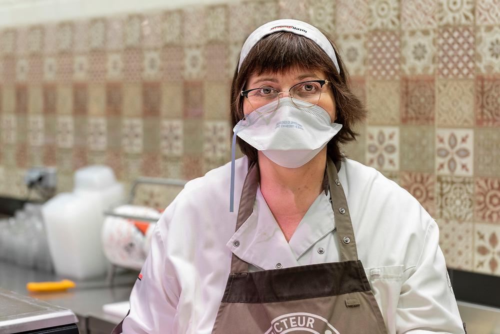 Portrait de la charcutière avant l'ouverture du supermarché.<br /> Portrait of the butcher before the supermarket opens.