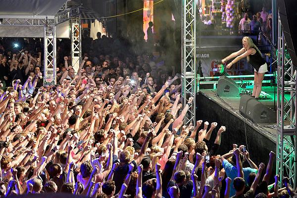 Nederland, Nijmegen, 16-7-2014 Recreatie, ontspanning, cultuur, dans, theater en muziek in de binnenstad tijdens de zomerfeesten. Miss Montreal treedt op op de Grote Markt. Een van de tientallen feestlocaties in de stad. Onlosmakelijk met de vierdaagse, 4daagse, zijn in Nijmegen de vierdaagse feesten, de zomerfeesten. talrijke podia staat een keur aan artiesten, voor elk wat wils. Een week lang elke avond komen tegen de honderdduizend bezoekers naar de stad. De politie heeft inmiddels grote ervaring met het spreiden van de mensen, het zgn. crowd control.De vierdaagsefeesten zijn het grootste evenement van Nederland en verbonden met de wandelvierdaagse. Foto: Flip Franssen/Hollandse Hoogte