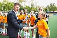 AMSTELVEEN  - finale meisjes Jong. .  Het Nieuwe Eemland-Linge College. Eemland  wint de titel. .  NK Schoolhockey. KNHB bestuurder Mark Pel reikt de beker uit.   COPYRIGHT  KOEN SUYK