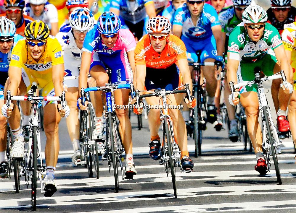 20060605. Caen. Thor Hushovd kom på 7.plass på den femte etappen i Tour de France. Tom Boonen til venstre i gul ledertrøye..Foto: Daniel Sannum Lauten/ Dagbladet