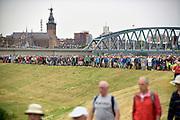 Nederland, the Netherlands, Nijmegen, 16-7-2019 Vandaag startten om 4 uur de eerste lopers van de 103e 4daagse. Via de Waalbrug ging het naar de Betuwe. Voor de derde keer gingen de lopers op deze eerste dag precies andersom als voorheen. Hierdoor komt de gevreesde Oosterhoutse dijk in het begin van het parcours te liggen, en niet op het eind wat vaak tot veel uitvallers leidde vanwege het lange en saaie stuk zonder schaduw tegen de zon. Dag van Elst. Stevenstoren en stevenskerk. Foto: Flip Franssen