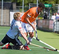 AMSTELVEEN  - Hockey -  1e wedstrijd halve finale Play Offs dames.  Amsterdam-Bloemendaal (5-5), Bl'daal wint na shoot outs. Glenn Schuurman (Bldaal) met links Klaas Vermeulen (A'dam).   COPYRIGHT KOEN SUYK