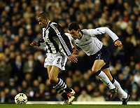 Fotball, 29. januar 2003, Tottenham Spurs v Newcastle, FA Barclaycard Premiership, White Hart Lane, Gus Poyet jager Kieron Dyer<br />Foto:  Javier Garcia, Digitalsport