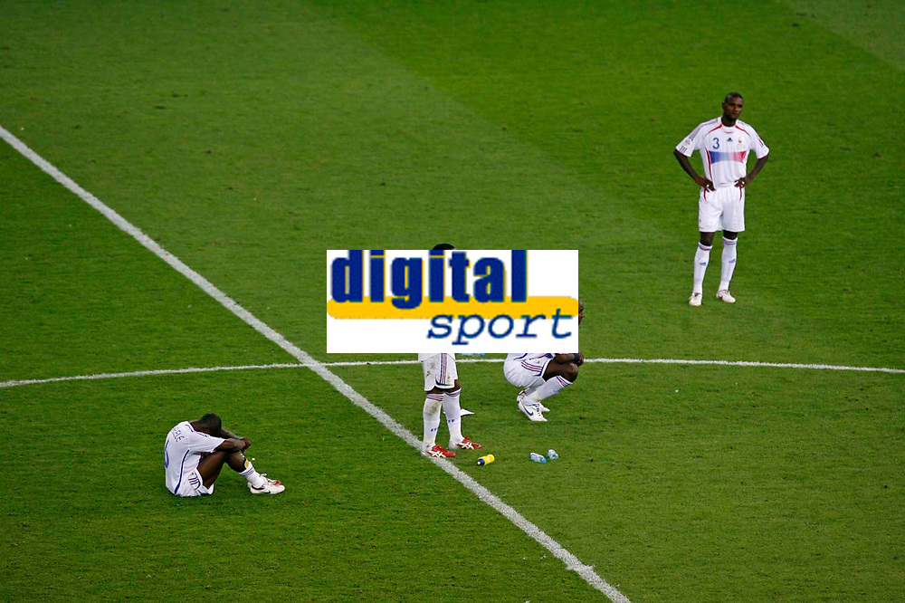 Photo: Glyn Thomas.<br />Italy v France. FIFA World Cup 2006 Final. 09/07/2006.<br /> France's players are dejected.