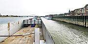 Nederland, the netherlands, Nijmegen, 21-10-2018Door de aanhoudende droogte staat het water in de rijn, ijssel en waal extreem laag . Schepen moeten minder lading innemen om niet te diep te komen . Hierdoor is het drukker in de smallere vaargeul . Door te weinig regenval in het stroomgebied van de rijn is het laagterecord verbroken. Foto: Flip Franssen