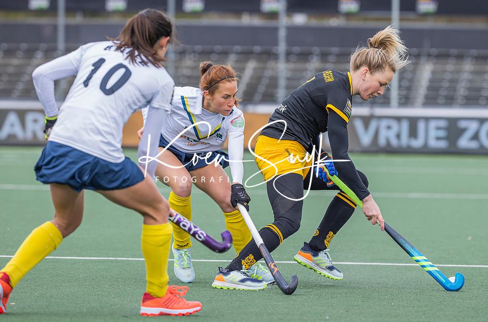 AMSTELVEEN -   Ireen van den Assem (DenBosch) met Begoña Garcia (Madrid) tijdens  de Euro Hockey League finale dames, HC Den Bosch-Club Campo de Madrid (5-0).  COPYRIGHT KOEN SUYK