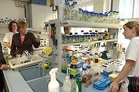 09 JUN 2004, JENA/GERMANY:<br /> Angela Merkel, CDU Bundesvorsitzende, im Gespraech mit Mitarbeiterinnen in einem Labor, waehrend dem Besuch des Hans-Knoell-Instituts, HKI, ein Institut fuer Naturstoff-Forschung<br /> IMAGE: 20040609-01-074<br /> KEYWORDS: Thüringen