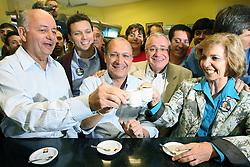 """Porto Alegre - RS, 28/07/2006; O candidato a Presidencia da Republica, Geraldo Alckmin acompanhado da candidata ao governo do Estado do RS, Yeda Crusius, pela coligação """" Rio Grande Afirmativo"""" durante cafezinho em Canoas. FOTO: JEFFERSON BERNARDES/PREVIEW.COM"""