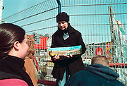 Duitsland, Berlijn, 15-3-1999Kunstenaars hebben bij de Potsdamer Platz een origineel stukje Muur opnieuw beschilderd met het oog op het respecteren van de geschiedenis van de muur. Bijna alles hiervan is na de val in 1989 verdwenen.Foto: Flip Franssen/Hollandse Hoogte