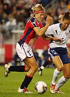 Marianne Pettersen, Norge, i duell med Kate Sobrero, USA.  Kvartfinale VM 2003: USA - Norge 1-0. Gillette Stadium, Foxboro/Boston, USA. 1. oktober 2003 (Foto: Peter Tubaas/Digitalsport)