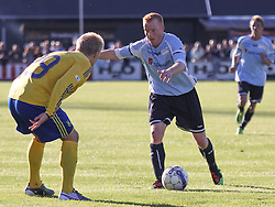 FODBOLD: Ronni Andersen (Helsingør) udfordrer Daniel Wass (Brøndby) under opvisningskampen mellem Elite 3000 Helsingør og Brøndby IF den 16. juni 2010 på Helsingør Stadion. Foto: Claus Birch