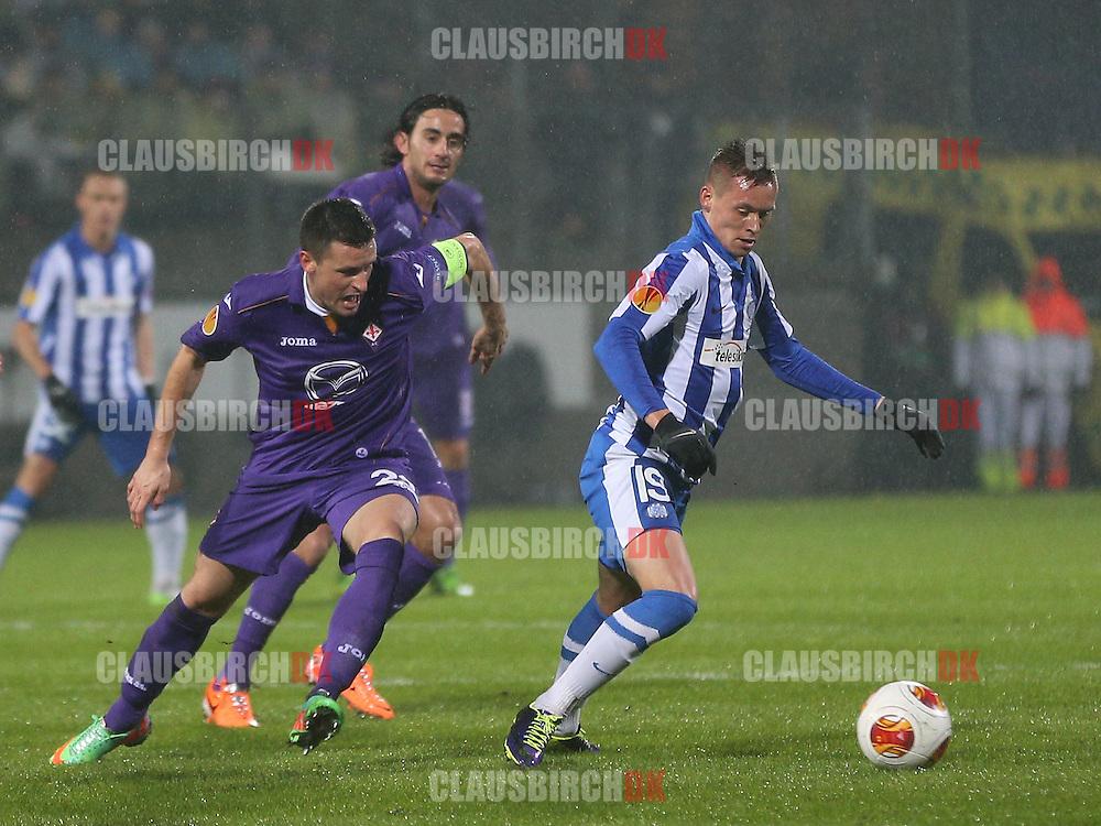 Jakob Ankersen (Esbjerg) følges af Manuel Pasqual (Fiorentina).