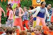 """Koning Willem Alexander opent Koningsspelen in Ens van de drie basisscholen Het Lichtschip, De Horizon en De Regenboog in Ens. Het gaat om een dag vol bewegen voor kinderen, die wordt voorafgegaan door een feestelijk Koningsontbijt.<br /> <br /> King Willem Alexander opens the """" King Games"""" in the town Ens. It is a day of exercise for children, which is preceded by a festive King Breakfast.<br /> <br /> Op de foto / On the photo:  Iris Lasry"""