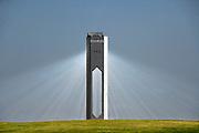 Spanje, Sanlucar la Mayor, 7-5-2010De PS20 zonnetoren in Sanlucar la Mayor in Spanje. De gootste commerciele zonnetoren in de wereld die stroom produceert via de schone, betrouwbare en duurzame thermo-elektrische kracht van de zon. Gebouwd door de Spaanse onderneming, Abengoa, kan elektriciteit te leveren voor maximaal tot 6.000 woningen. Abengoa heeft plannen om een totaal van 9 zonne torens te bouwen over de komende 7 jaar om elektriciteit te leveren voor een geschatte 180.000 huishoudens.Op het terrein staan drie soorten installaties die elektriciteit via de zon opwekken. De torens ontvangen via spiegels zonlicht die wordt omgezet in warm water in de ontvanger bovenin de toren. Er is een systeem dat gebruik maakt van zonnecellen, extra verlicht door spiegels die er vlak boven en onder aan vast zitten. Het derde systeem is met parabolische spiegels waarvoor een buis gevuld met water of een speciale olie loopt. Deze wordt heet en die warmte gebruikt met om stoom voor de generator te maken.The PS20 solar tower plant site at Sanlucar la Mayor in  Spain. The largest commercial solar tower in the world which produces clean, reliable and sustainable thermoelectric power from the sun, built by the Spanish company Solucar, Abengoa, can provide electricity for up to 6,000 homes. Abengoa plans to build a total of 9 solar towers over the next 7 years to provide electricity for an estimated 180,000 homes.Foto: Flip Franssen/Hollandse Hoogte