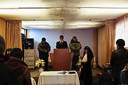 Un grupo de personas durante la oración en el interior de una Iglesia Adventista en Rinconada.
