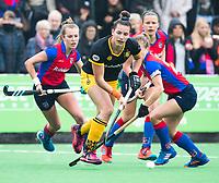 BILTHOVEN  - Hockey -  1e wedstrijd Play Offs dames. SCHC-Den Bosch (0-1).  Frederique Matla (Den Bosch)   met Sarah Jaspers (SCHC) en links Xan de Waard (SCHC) .      COPYRIGHT KOEN SUYK