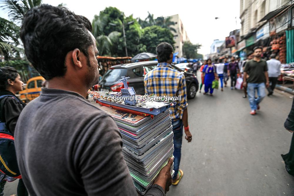 20171028 Kolkata Calcutta Indien<br /> Området runt New Market<br /> Försäljare<br /> ----<br /> FOTO : JOACHIM NYWALL KOD 0708840825_1<br /> COPYRIGHT JOACHIM NYWALL<br /> <br /> ***BETALBILD***<br /> Redovisas till <br /> NYWALL MEDIA AB<br /> Strandgatan 30<br /> 461 31 Trollhättan<br /> Prislista enl BLF , om inget annat avtalas.