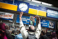 06.09.2015, Hauptbahnhof, Muenchen, GER, Ankunft von Fluechtlingen in Muenchen, im Bild Die Bundespolizei begleitet Fluechtlinge aus dem Zug aus Budapest-Keleti zur Erstaufnahmestation // Immigrants from the Middle Eastern countries and Africa arrived at the Railway station in Munich, Germany on 2015/09/06. EXPA Pictures © 2015, PhotoCredit: EXPA/ Eibner-Pressefoto/ Gehrling<br /> <br /> *****ATTENTION - OUT of GER*****