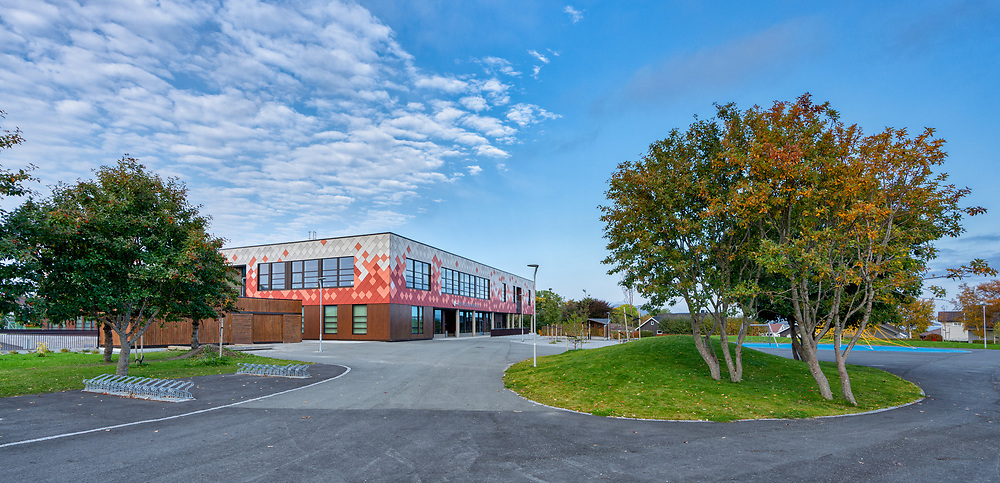 Brekstad barneskole erstatter gamle Hårberg skole. Skolen åpnet i 2018 og har cirka 225 elever fordelt på 1.-7.-trinn.