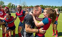 NIJMEGEN -  Vreugde bij fysio Tom Olderaan en Iris Aalbers (Huizen)     na   de tweede play-off wedstrijd dames, Nijmegen-Huizen (1-4), voor promotie naar de hoofdklasse.. Huizen promoveert naar de hoofdklasse.  COPYRIGHT KOEN SUYK