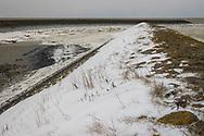 Winterse Waddenzee bij Roptazijl. IJsschotsen drijven op het water van de Waddenzee bij het Roptagemaal.