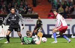 25.09.2010, Weserstadion, Bremen, GER, 1. FBL, Werder Bremen vs Hamburger SV, im Bild Ruud van Nistelrooy (Hamburg #22, rechts) schießt das 1:2 für den HSV, Tim Wiese (Bremen #1, links) und Per Mertesacker (Bremen #29) schauen dem Ball hinterher   EXPA Pictures © 2010, PhotoCredit: EXPA/ nph/  Frisch+++++ ATTENTION - OUT OF GER +++++ / SPORTIDA PHOTO AGENCY