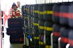 Mecânicos nos boxes da equipe Ferrari durante o Grande Prémio do Brasil em Interlagos, em São Paulo. FOTO: Jefferson Bernardes/Preview.com