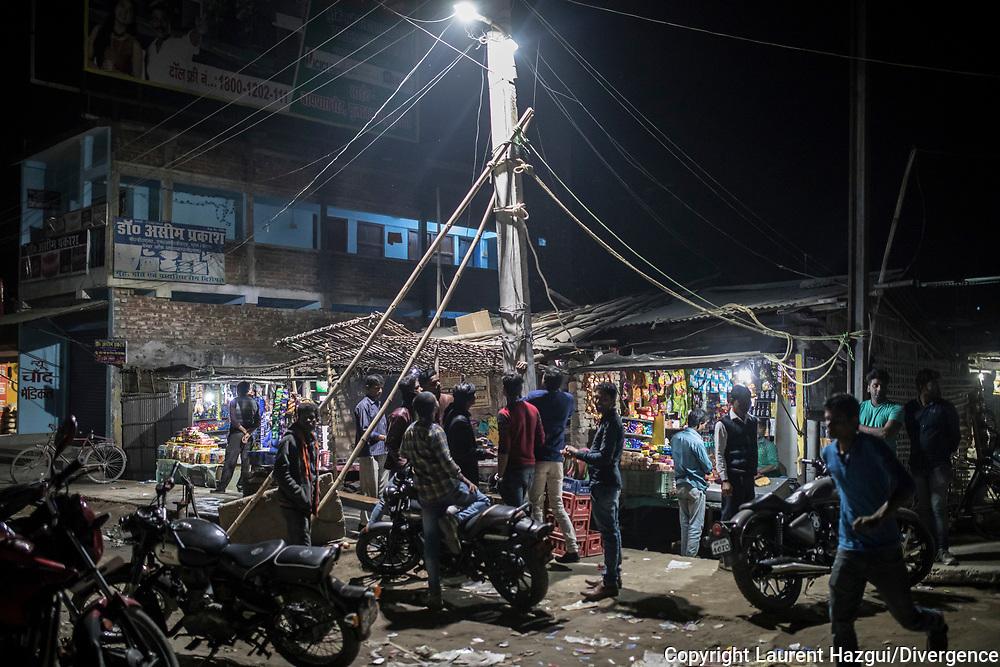 """26022019. INDE. BIHAR. La caravane de la paix Karwan-e-Mohabbat. ARARIA. Famille RAZA. Le fils Adeeb a été emprisonné trois mois suite à un complot. Une vidéo de lui et deux de ses amis célebrant la victoire d'un candidat lors d'une élection a été grossièrement trafiquée par un anonyme qui a rajouté une bande-son laissant croire que les jeunes criaient """"Vive le Pakistan, à mort l'Inde !""""."""