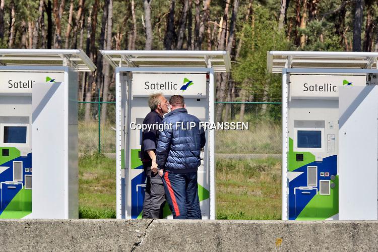 Nederland, Belgie, grensovergang A67 - E34, A21: Eersel / Postel  Op deze voormalige grensovergang staan vrachtwagens geparkeerd. De parkeerplaats staat vol overvolle afvalbakken en er is veel zwefvuil Het merendeel van de gebruikers zijn chauffeurs uit voormalige oostbloklanden .Foto: Flip Franssen