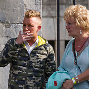NLD/Maastricht/20140630 - TROS Muziekfeest op het Plein 2014 Maastricht, Bas Wagtmans in gesprek met de moeder van Roy Donders