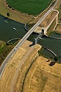 Nederland, Noord Brabant, Wijk en Aalburg, 08-07-2010. Heusdensch Kanaal met stormvloedkering, keersluis, Kromme Nolkering  (keersluis Kromme Nol). Het kanaal verbindt de Afgedamde Maas met de Bergsche Maas. De kering beschermt de dijken  langs het Heusdensch Kanaal en de Afgedamde Maas bij zeer hoge waterstanden..Heusdensch Channel with flood barrier, floodgate. The canal connects the two (old) branches over river Meuse..luchtfoto (toeslag), aerial photo (additional fee required).foto/photo Siebe Swart.