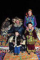 Mongolie, province de Bayan-Olgii, Burkit, chasseur à l'aigle Kazakh avec son aigle royal et sa famille// Mongolia, Bayan-Olgii province, Burkit, Kazakh eagle hunter with his Golden Eagle and his family