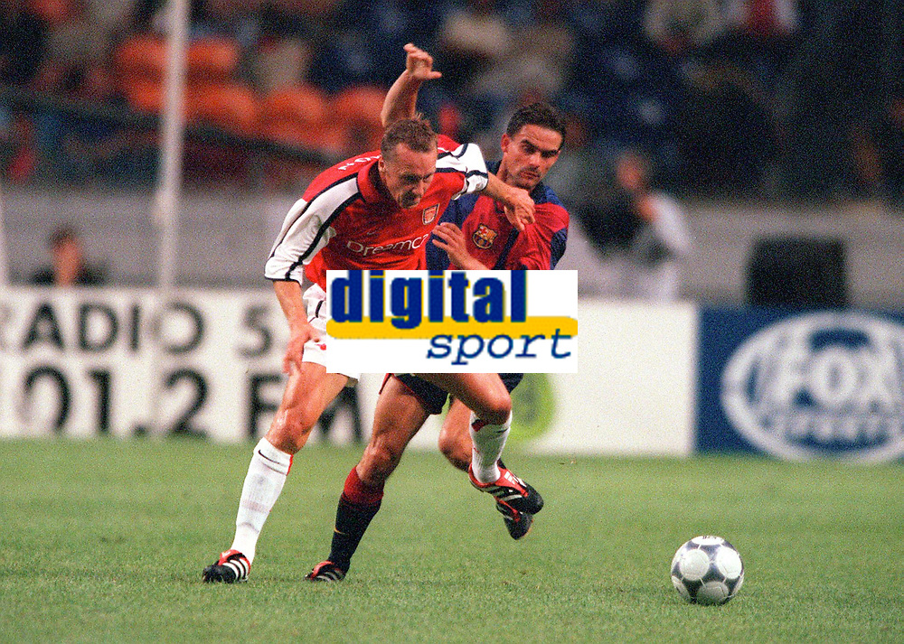 Lee Dixon (Arsenal) holds off Marc Overmars (Barcelona). Arsenal v FC Barcelona, The Amsterdam Tournament, Amsterdam Arena, Holland, 3/8/2000. Credit Colorsport / Stuart MacFarlane.
