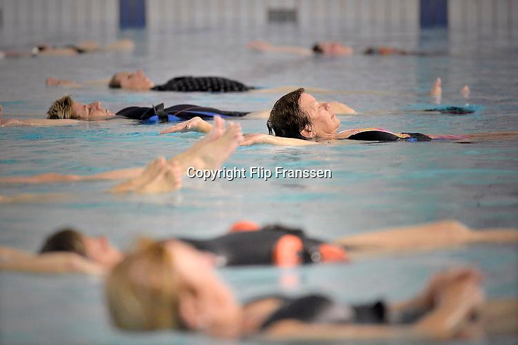Nederland, Wijchen, 24-4-2017 Aquajogging voor ouderen in zwembad De Meerval in Wijchen. Foto: Flip Franssen